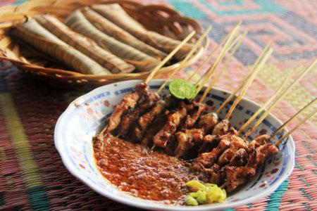 makanan-khas-lombok-sate-bulayak